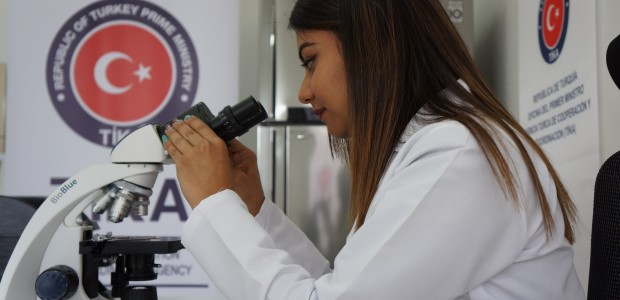 """""""تيكا"""" التركية تفتتح مختبرا بيولوجيا في هندوراس - 11"""