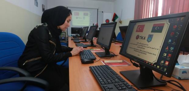 """""""تيكا"""" التركية تفتتح مختبرا للحاسوب بمدرسة عثمانية في طرابلس الليبية - 5"""