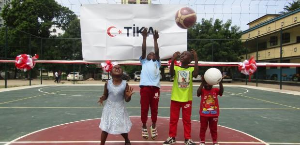 """""""تيكا"""" التركية تؤسس منشأة رياضية لثانوية في تنزانيا - 1"""
