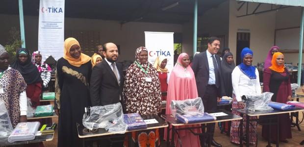 """""""تيكا"""" التركية توزع مكائن خياطة في أوغندا - 1"""