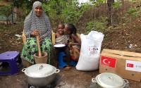 """""""تيكا"""" التركية توزع مساعدات غذائية لألف أسرة في غينيا"""
