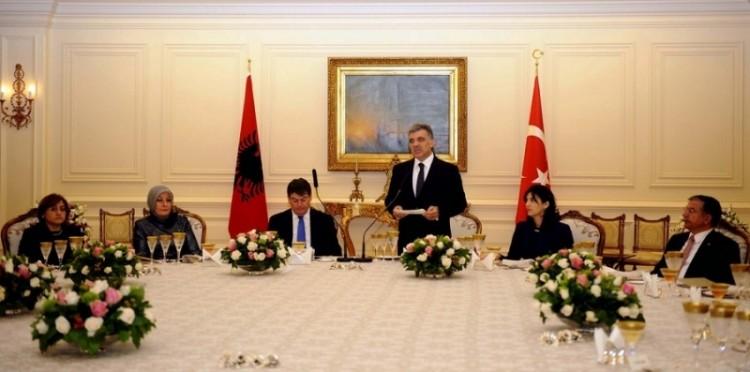 Cumhurbaşkanı Abdullah Gül, Arnavutluk Cumhurbaşkanı Bamir Topi Onuruna Yemek Verdi